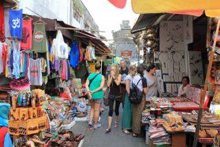 地元の人たちや観光客で賑わうウブド市場