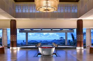 最高級リゾートの風格を備えたリゾート全体を見渡せる豪華なロビー/バンヤンツリー ウンガサン バリ