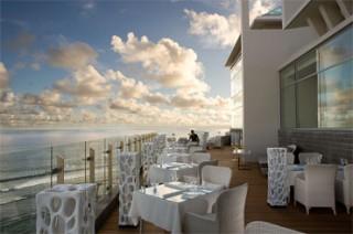インド洋を望む高い崖上に建つ絶景レストラン/バンヤンツリー ウンガサン バリ