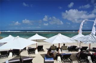晴天時のビーチクラブはパラソルもまぶしい/カルマ カンダラ