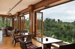 最上階「ザ プフ レストラン」に隣接する 眺めの良いクラブラウンジ