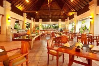 潮風が吹き抜けるチェラギレストラン/バリ マンディラ ビーチリゾート&スパ