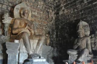 ムンドゥッ寺院の内部。、3メートルの仏の像と2体の菩薩像がある