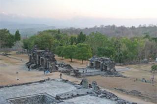 広大な敷地内には、沐浴場や王朝栄華の跡が残る