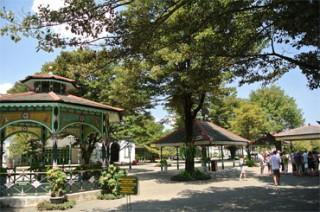 広い庭に美しい様式の建物が並ぶ