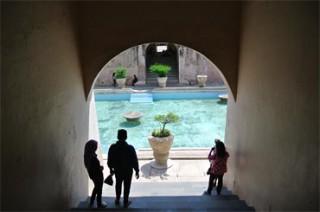 入り口から階段で下るとそこに石造りのプールが現れる