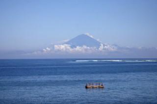 ロンボク島からバリ島の最高峰アグン山を望む