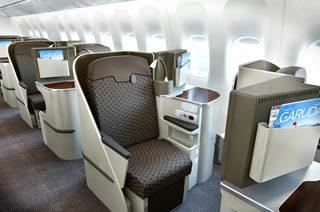 ビジネスクラス:180度のリクライニングシートは旅の疲れを半減/ガルーダ・インドネシア航空