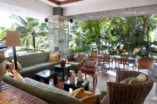 テラスと冷房完備の室内エリアのあるクラブラウンジ/バリ マンディラ ビーチリゾート&スパ