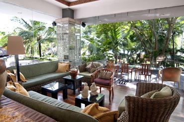 室内エリアにあるクラブラウンジはテラスと冷房完備/バリ マンディラ ビーチリゾート&スパ